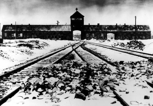 Na snímke z januára 1945 nacistický koncentračný tábor v poľskom Osvienčime.