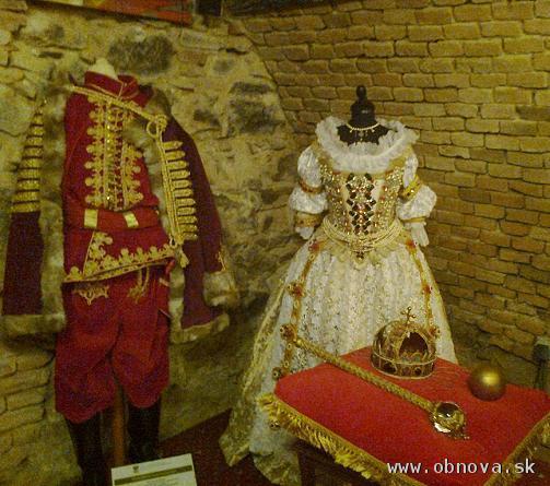 Replika korunovačného odevu Márie Terézie a dobového šľachtického odevu