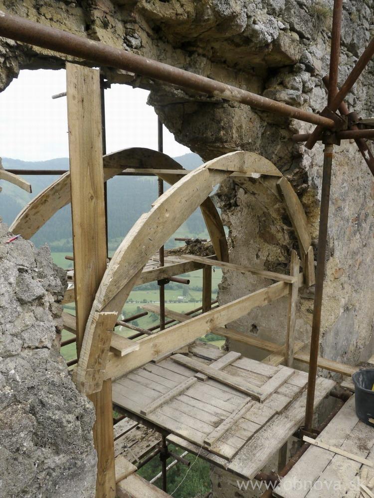 2011_Lietava_hrad_Sanacia zaklenutia strhnuteho arkiera_020