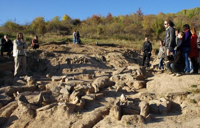 Cinobaňa - pohrebisko kyjatickej kultúry (archeologia.fphil.uniba.sk)