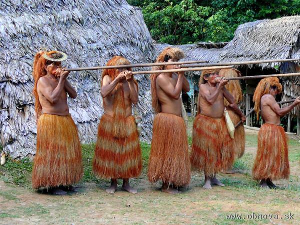 Domorodci s fúkačkami v povodí Amazonky