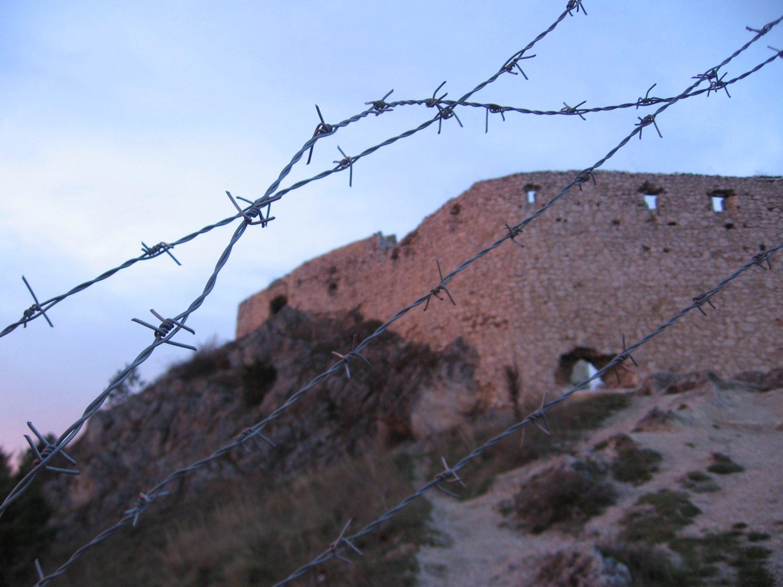 Čachtické hradné múry za železnou oponou, foto: Kamil Nováčik