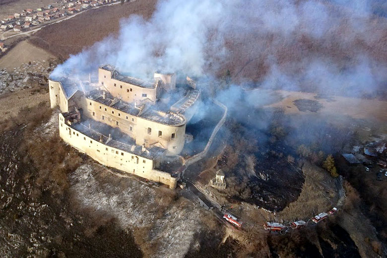 The castle shortly after fire. Picture by http://www.podsizalietat.sk.