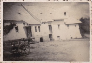 Historicky pohlad z dvora na mlynicu a dielnu